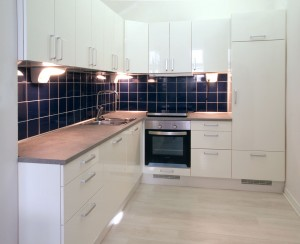 White_kitchen_with_dark_blue_tiling